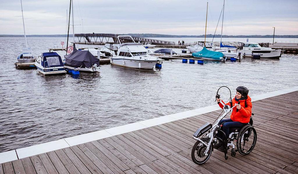 Die Handbike-Tour um den Senftenberger See führt am modernen Stadthafen vorbei.