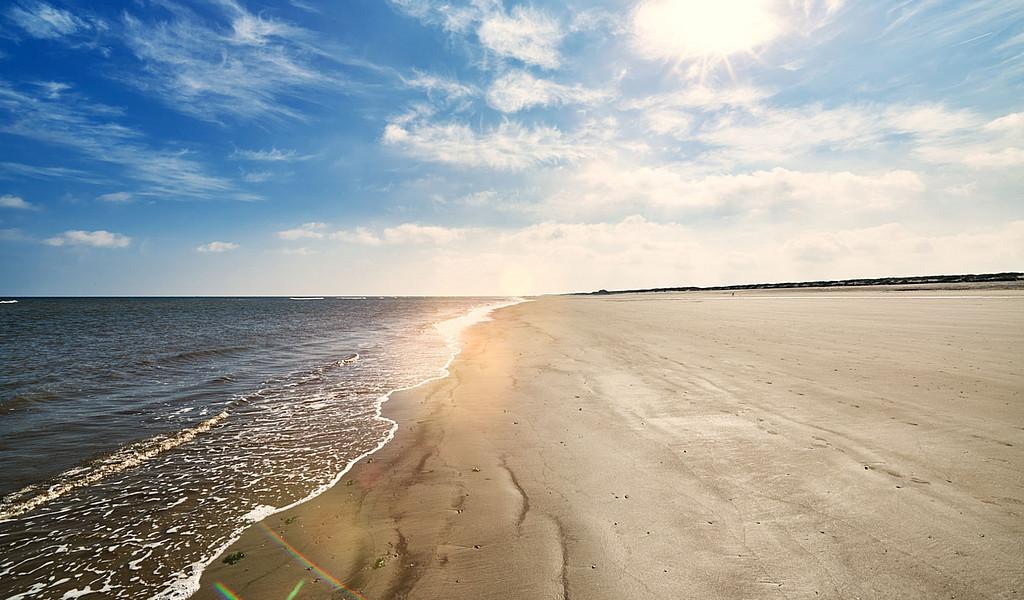Der kilometerlange Sandstrand auf Langeoog lädt zu langen Wanderungen mit dem Strandmobil ein.