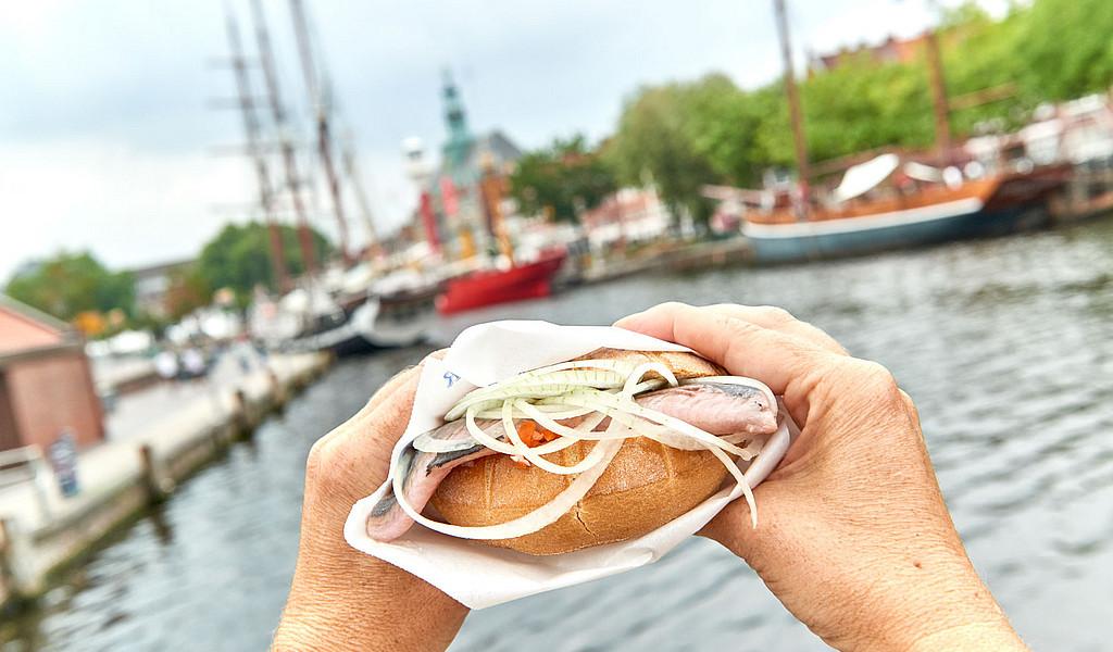 Zu einem Ostfriesland-Besuch gehört das traditionelle Fischbrötchen.