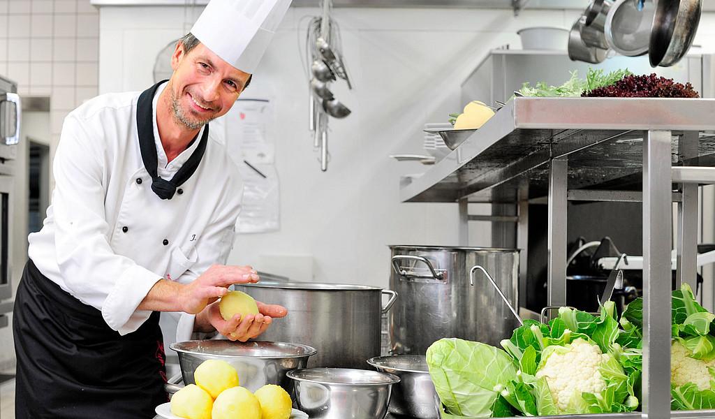 """Jens Alsgut vom nach """"Reisen für Alle"""" zertifizierten Restaurant """"Zum Güldenen Rade"""" in Erfurt formt Thüringer Klöße."""