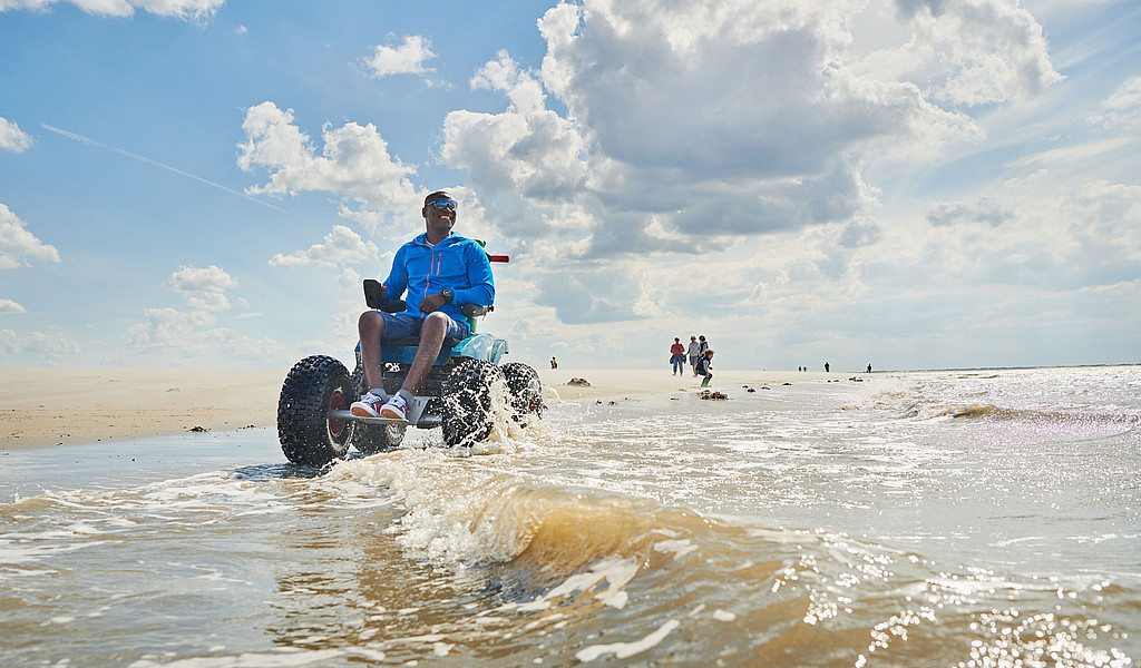 Mit den elektrisch betriebenen Strandmobilen können Rollstuhlfahrer Langeoogs Strand erkunden.