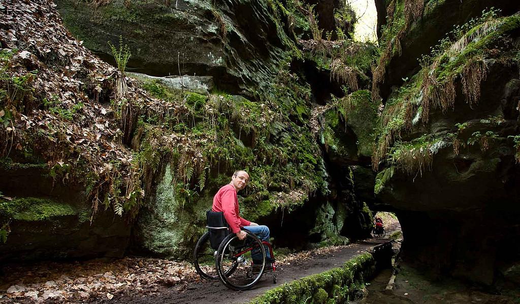 Auch mit dem Rollstuhl lässt sich die Felsenwelt der Sächsischen Schweiz erkunden, wie hier im Uttewalder Grund.