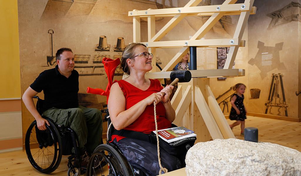 Zitadelle Petersberg: Eine Rollstuhlfahrerin testet das Festungsbauspiel im Kommandantenhaus.