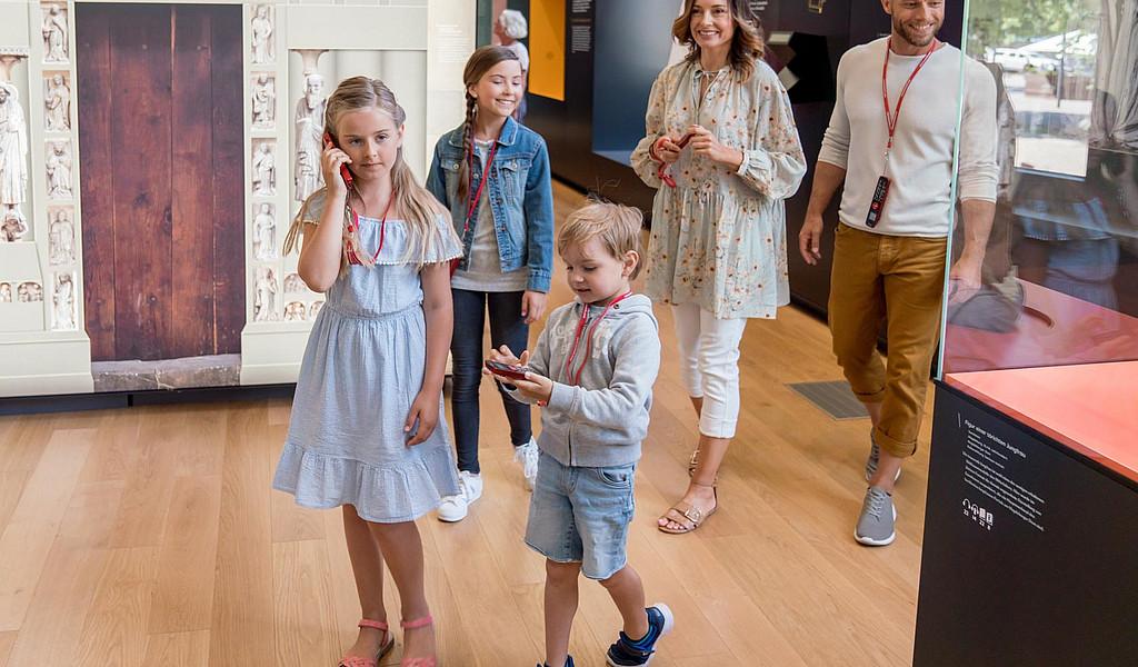"""Mit einem Audioguide erkunden Besucher das Dommuseum """"Ottonianum"""" individuell."""
