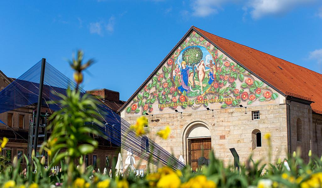Vorplatz der Peterskirche mit den Epochengärten und dem blauen Band sowie linkerhand der Defensionskaserne auf dem oberen Plateau der Zitadelle Petersberg