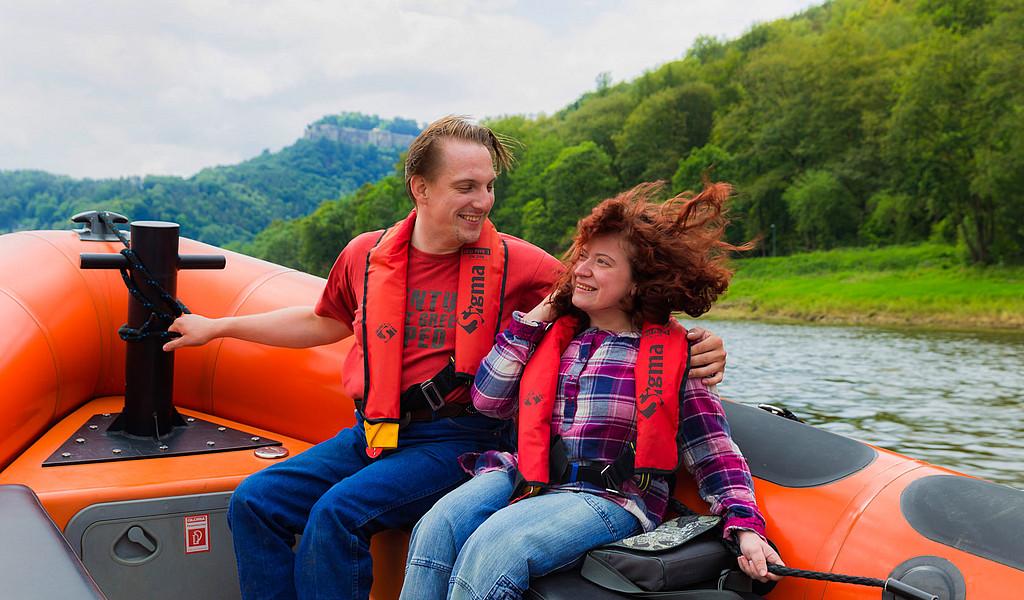 Rollstuhlfahrerin auf dem Powerboot auf der Elbe in der Sächsischen Schweiz