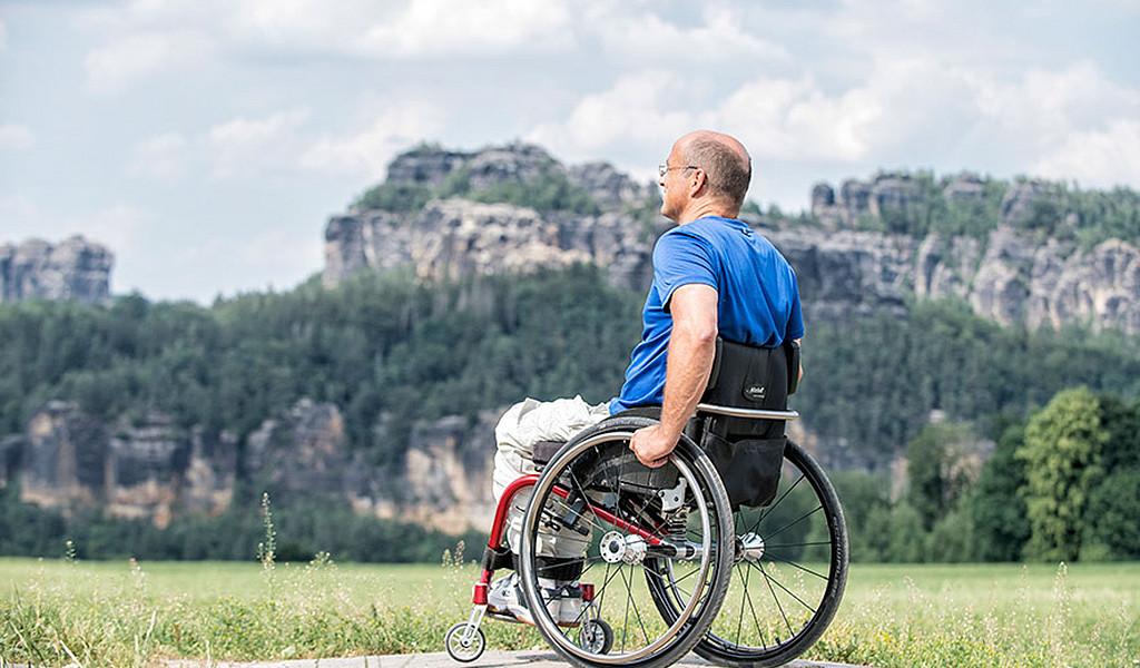 Gästeführer Veit Riffer begleitet Rollstuhlfahrer bei Wanderungen durch die Sächsische Schweiz.