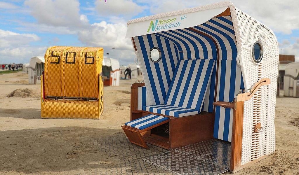 Barrierefreie Strandkörbe, auch Mehrgenerationenstrandkörbe genannt,  in Norddeich ermöglichen auch Rollifahrern entspannte Stunden am Strand.