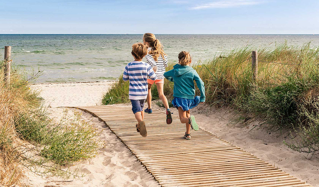 Barrierefreie Strandaufgänge ermöglichen es, den Kinderwagen oder Rollstuhl bis ans Meer zu schieben.