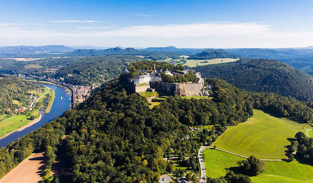 Die Festung Königstein thront auf dem gleichnamigen Tafelberg, 247 Meter über dem Elbtal.