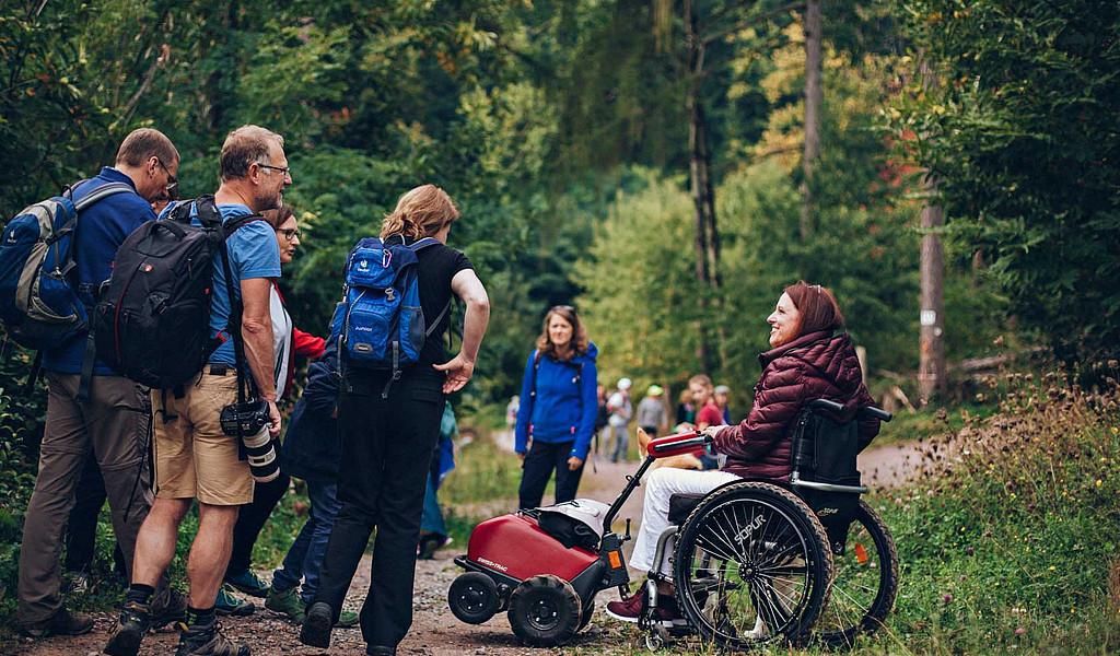 Rollstuhlfahrerin unterwegs auf dem Keschdeweg.
