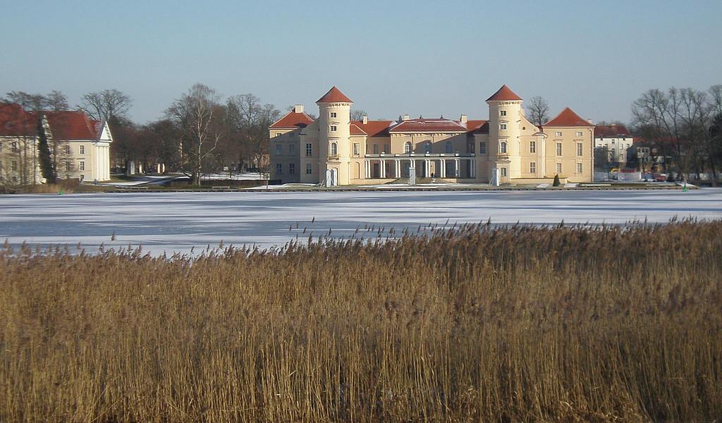 Schloss Rheinsberg liegt malerisch am Grienericksee.