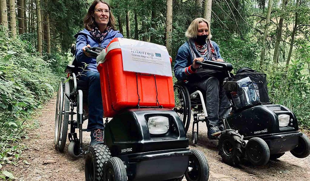 Mit den Swiss Tracs, Rollstuhlzuggeräten, lassen sich im Naturpark Südeifel auch unebene Waldwege meistern.