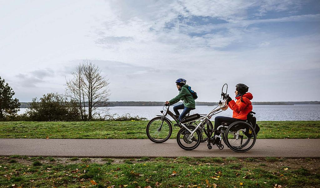 Im Herbst genießen Handbikefahrer die Stille am Senftenberger See im Lausitzer Seenland.