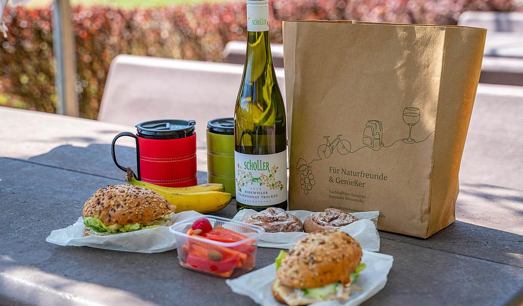 Das Südliche-Weinstraße-Picknick-Paket enthält Brot, Hausmacher, etwas Gemüse und Obst und meist auch eine Flasche Wein.